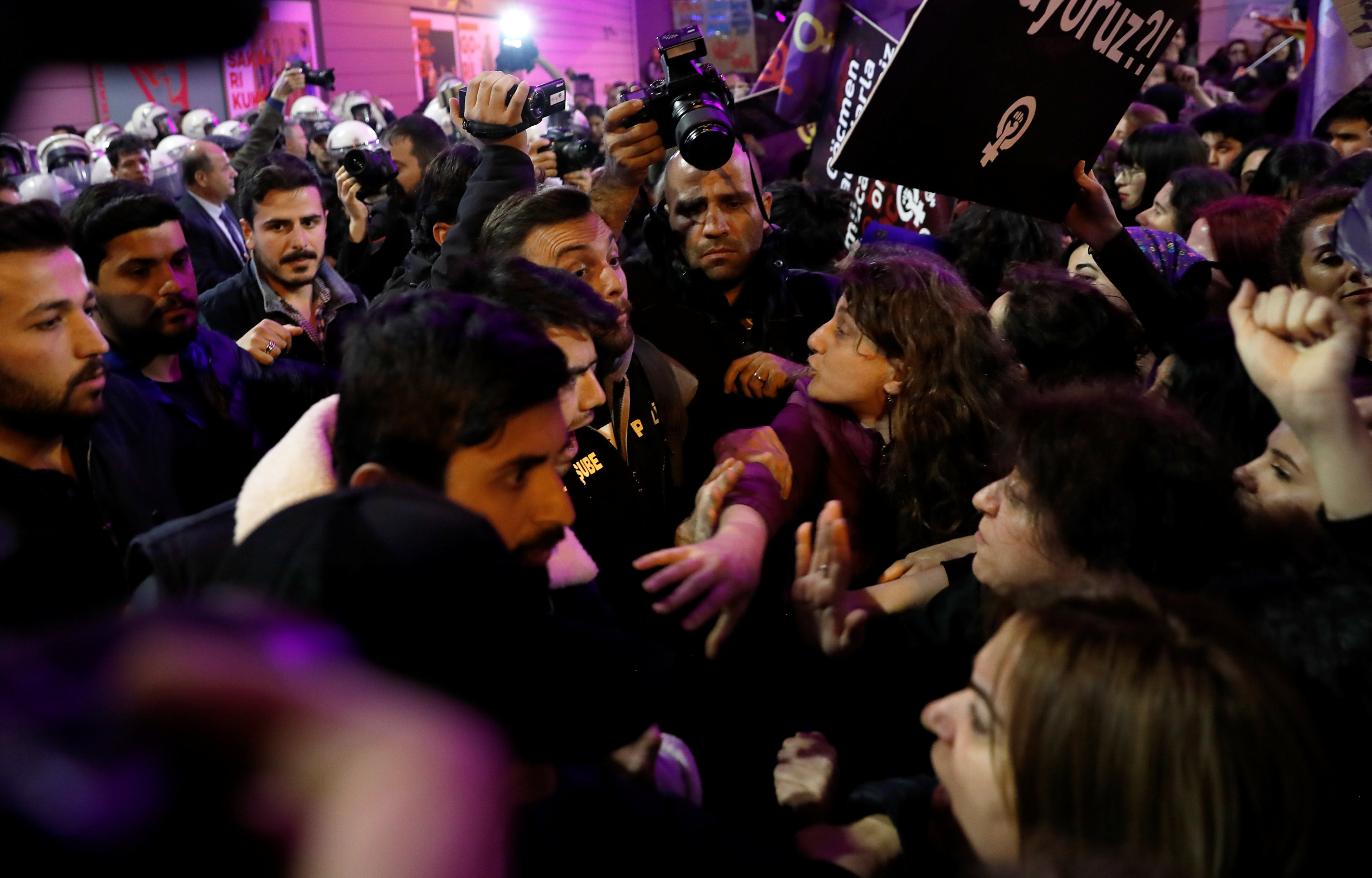 8 Mart Feminist Gece Yürüyüşü Reuters 4.jpg