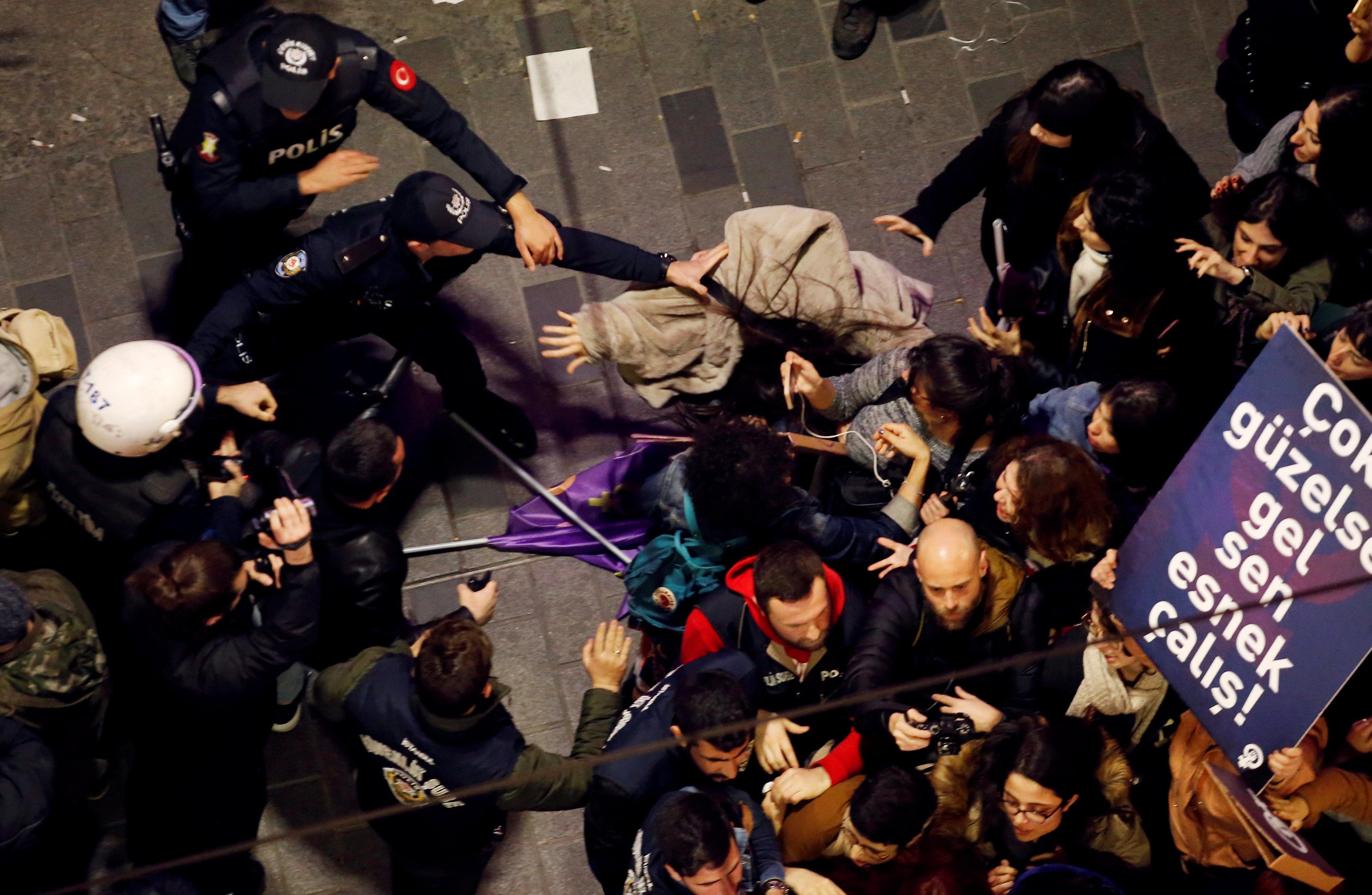 8 Mart Feminist Gece Yürüyüşü Reuters 8.jpg