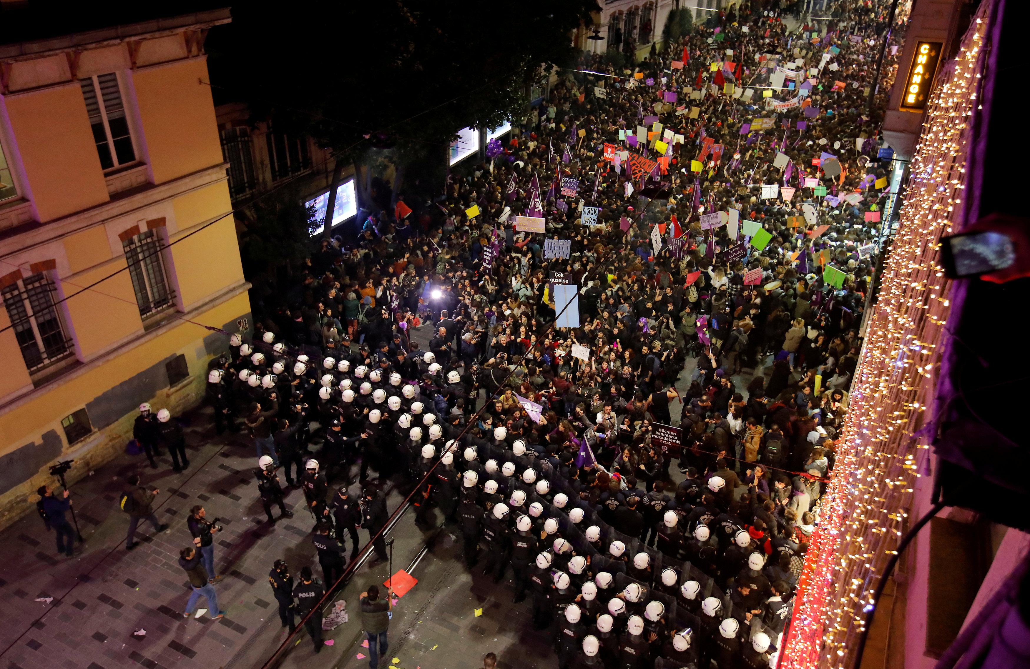 8 Mart Feminist Gece Yürüyüşü Reuters 10.jpg