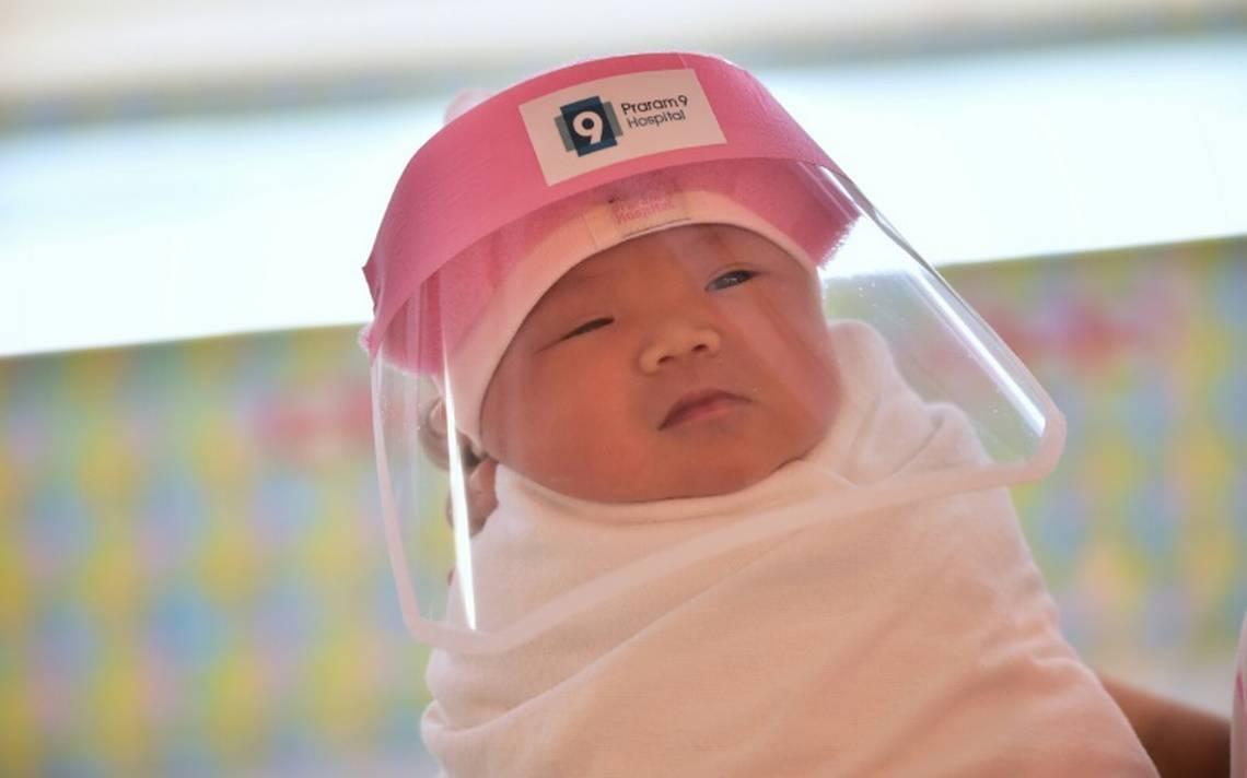 Taylan'daki bir hastanede, riski önlemek için  emzirirken bebeğe maske takılıyor.jpg