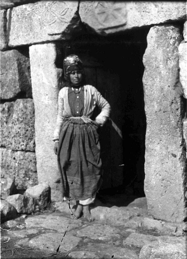 Church_of_St._Phocas_-_Kurdish_girl_in_doorway,_carved_lintel.jpg